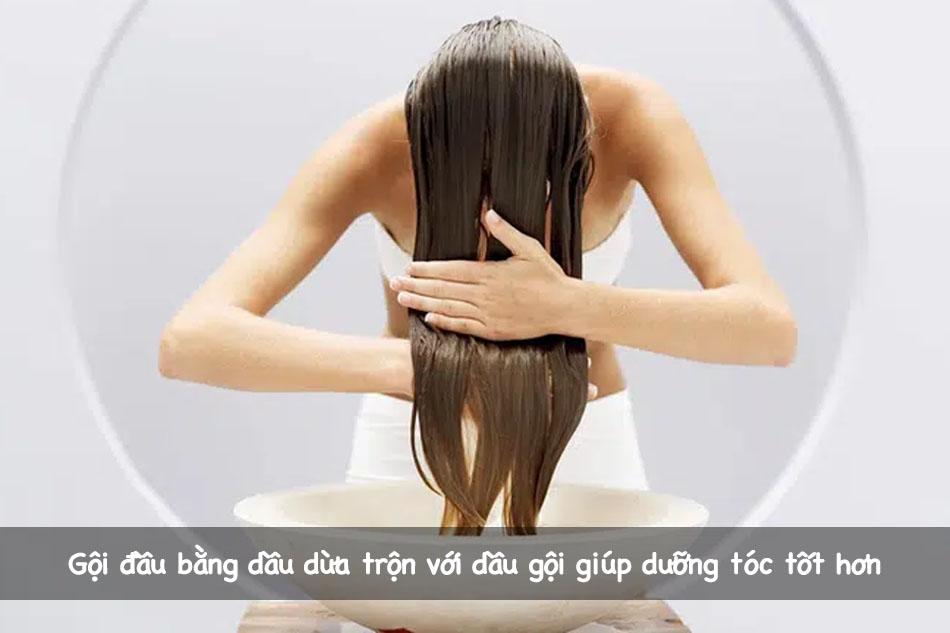 Gội đầu bằng dầu dừa trộn với dầu gội giúp dưỡng tóc tốt hơn